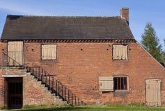 Typisk historisk ladugård Arkivbild