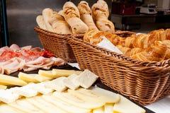 Typisk hotellfrukostsortiment med gifflet, ost och mig Royaltyfri Bild