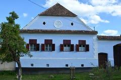 Typisk hus i byn Viscri, Transylvania Royaltyfria Foton