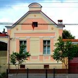 Typisk hus i byn Vulcan, Transylvania Arkivfoto