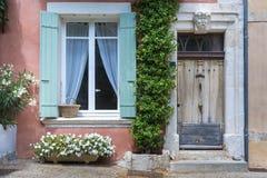 Typisk hus i Helgon-Saturnin-les-benäget, Frankrike royaltyfria bilder