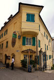 Typisk hus i Meran, södra Tirol, Italien royaltyfri fotografi