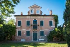 Typisk hus i Venetian stil som överges i den Venetian countren Royaltyfri Fotografi