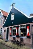 Typisk hus i Volendam Arkivbild