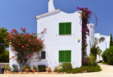 Typisk hus med blomkrukor i Mallorca, Spanien Fotografering för Bildbyråer