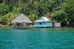 Typisk hus med den halmtäckte kojan över vatten Panama Royaltyfri Fotografi