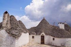 Typisk hus med det koniska taket för sten och vita väggar i Alberobello Arkivfoton