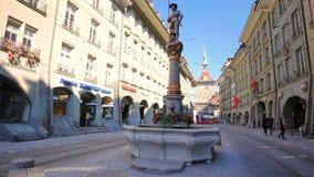 Typisk hus och spårvagn i Berncentrum Bern är huvudstad av Schweiz och den fjärde mest tätbefolkade staden i Schweiz stock video