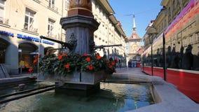 Typisk hus och spårvagn i Berncentrum Bern är huvudstad av Schweiz och den fjärde mest tätbefolkade staden i Schweiz arkivfilmer