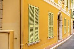 Typisk huvudsaklig gata i gammal stad i Monaco i en solig dag Royaltyfria Bilder