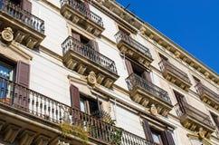 Typisk hyreshus av Barcelona, Spanien Arkivfoton