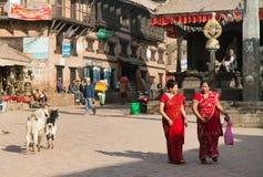 Typisk indisk kvinna på gatan i Bhaktapur Royaltyfria Foton