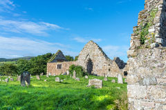 Typisk irländsk kyrkogård, gräsmattor för grönt gräs, august 2016 Royaltyfri Fotografi