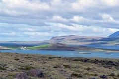 Typisk Island morgonseascape med lantgårdar i en fjord royaltyfria bilder