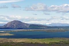 Typisk Island morgonseascape med lantgårdar i en fjord arkivbild