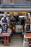 Typisk japansk tappning shoppar i Yanaka område, Japan arkivfoton