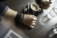 Typisk kaffeterrass med koppen av coffe på den tableTypical kaffeterrassen med koppen av coffe på tabellen Arkivfoton