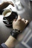 Typisk kaffeterrass med koppen av coffe på tabellen Royaltyfria Foton