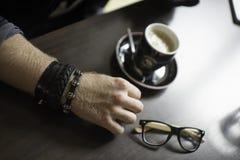 Typisk kaffeterrass med koppen av coffe på tabellen Royaltyfri Bild