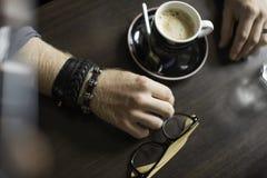 Typisk kaffeterrass med koppen av coffe på tabellen Arkivbild
