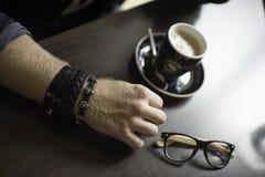Typisk kaffeterrass med koppen av coffe på tabellen Royaltyfria Bilder
