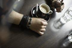 Typisk kaffeterrass med två koppar av coffe på tabellerna och stolarna Arkivbild