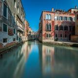 Typisk kanal, bro och historiska byggnader Arkivbilder