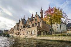 Typisk kanal för tegelstenhusbu i den Bruges staden av Belgien arkivfoton