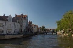 Typisk kanal i Bruges, Belgien royaltyfria foton
