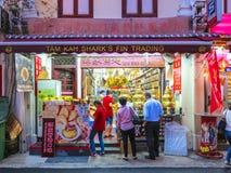 Typisk kines shoppar är den öppna ikvällen i Singapore Arkivfoton