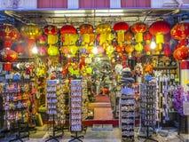 Typisk kines shoppar är den öppna ikvällen i Singapore Royaltyfri Bild
