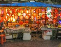 Typisk kines shoppar är den öppna ikvällen i Singapore Arkivbilder