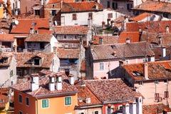 Typisk kroatisk arkitektur i den gamla staden av Rovini på Met arkivbilder