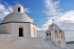Typisk kupol av en ortodox grekisk kyrka i de Cycladic öarna Här är vi på Oia i Santorini Arkivfoton
