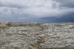 Typisk löst landskap i Brittany med fantastisk mörk molnig himmel, unik ensam bygd med inget royaltyfria foton