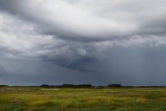Typisk löst landskap i Brittany med fantastisk mörk molnig himmel, unik ensam bygd med inget arkivbilder