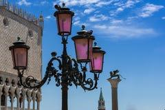 Typisk lampa, Doge& x27; s-slott, San Giorgio Maggiore Bell Tower och Royaltyfria Foton