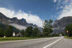 Typisk landshus i en mitt av mounainsna, Norge Europa Royaltyfria Foton