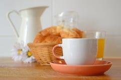 Typisk lantlig frukost - kaffe, fruktsaft och giffel arkivfoton