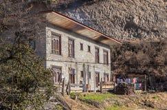 Typisk lantligt hus i Bhutan royaltyfri fotografi