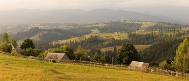 Typisk lantligt landskap i Carpathians, västra Ukraina Fotografering för Bildbyråer
