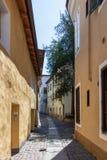 Typisk liten bakgata med byggnadsfasader i det huvudsakliga området av staden Meran Landskap Bolzano, s?dra Tyrol, Italien Europa royaltyfria foton