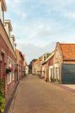 Typisk liten holländsk gata med forntida hus arkivbild