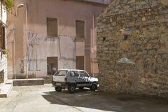 Typisk liten italiensk gata på sardinia med den gamla bilen Royaltyfri Bild