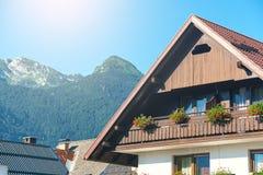 Typisk litet pittoreskt hotell i Slovenien fjällängar fotografering för bildbyråer