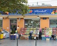 Typisk livsmedelsbutik i ett populärt område av Bryssel Arkivfoton