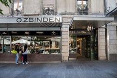 Typisk lyxig klocka- och smyckenboutique i mitten av Genève Schweiziska klockor är ett symbol av schweizaren vet hur Arkivfoton