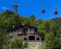 Typisk mörkt tegelstenAndorra hus i de Pyrenees bergen Royaltyfri Fotografi