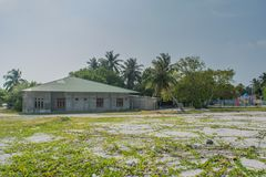 Typisk maldivian hus som lokaliseras i byn på den tropiska ön Fenfushi arkivfoton