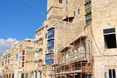 Typisk maltesisk byggnad på en gata i huvudstaden av ön, Valletta fotografering för bildbyråer